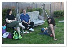 Bill (professor de patologia) e esposa, e Lara (post-doc) sentada na grama